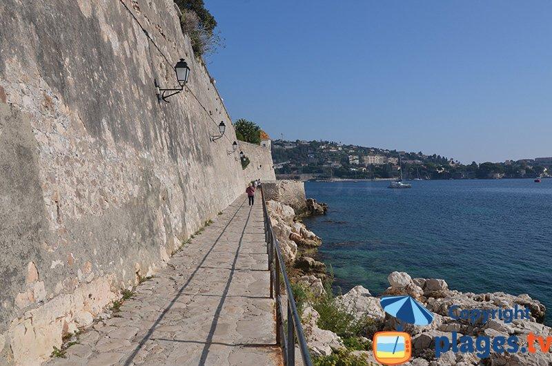 Sentier en bord de mer le long de la citadelle à Villefranche sur Mer