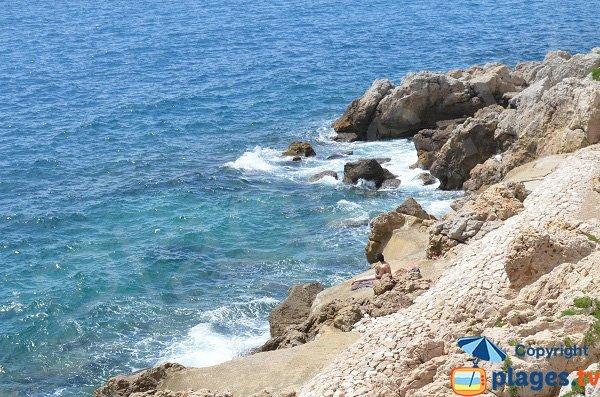 Spiaggia con scogliere vicino centro storico di Nizza