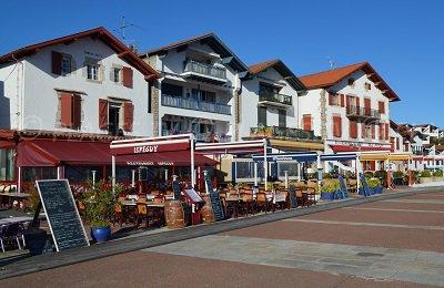 Rue principale de Socoa avec des maisons basques