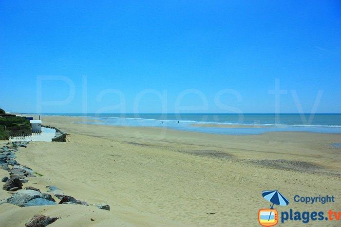Grande plage de St Gilles Croix de Vie entre le remblai et les dunes