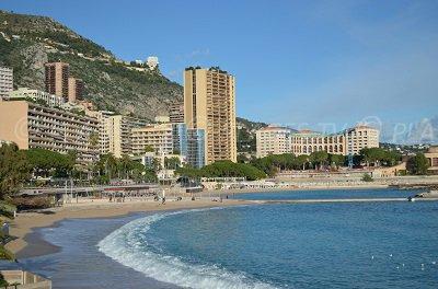 Plage de Monaco avec les tours