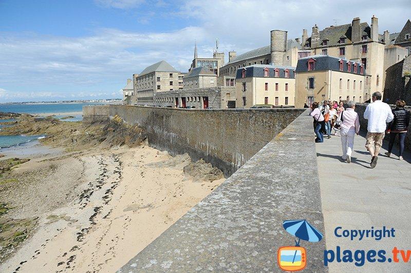 Remparts de St Malo avec une plage