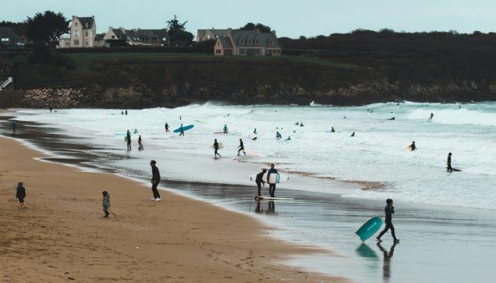 Surfeur sur la plage de longchamp