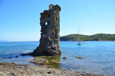 Tour de Santa Maria à proximité d'une plage de Macinaggio