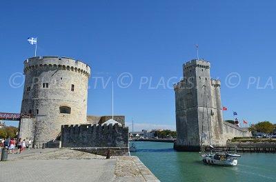 La Tour de la Chaine (gauche) et la tour St-Nicolas (droite) à La Rochelle