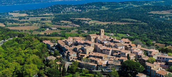 Le village perché de Gassin et ses vignobles