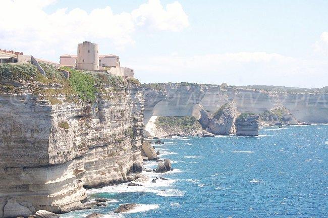 Ville haute de Bonifacio avec les falaises