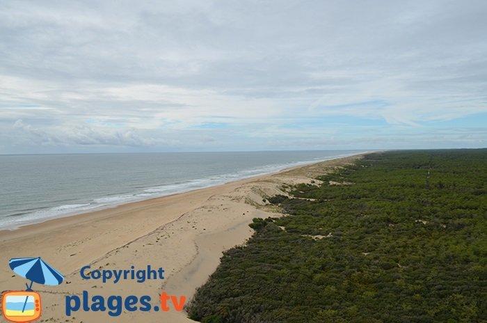 Vue sur l'océan et la plage depuis le phare de la Coubre